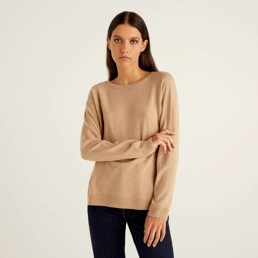 Camel crew neck sweater in cashmere and wool blend