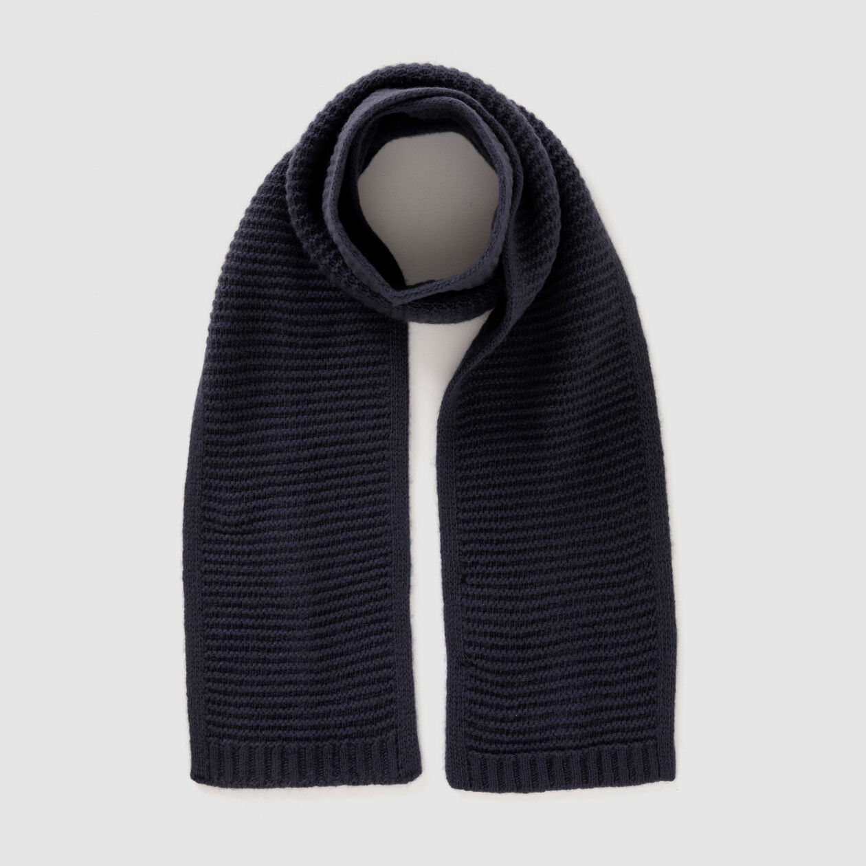 Scarf in solid colored wool