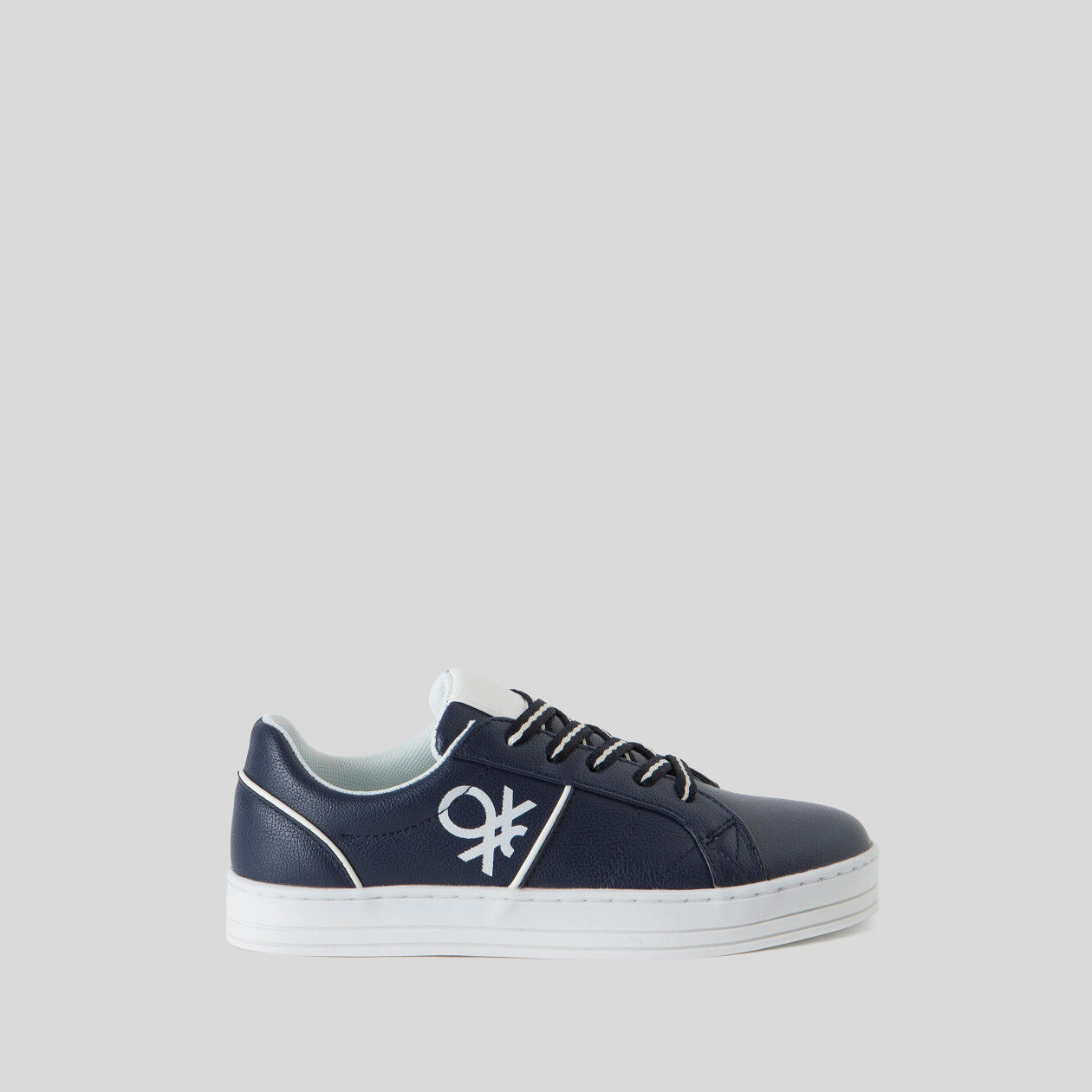 Sneakers with laces and logo