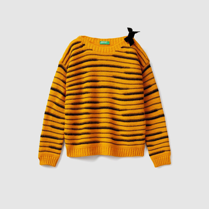 Boat neck sweater with bow