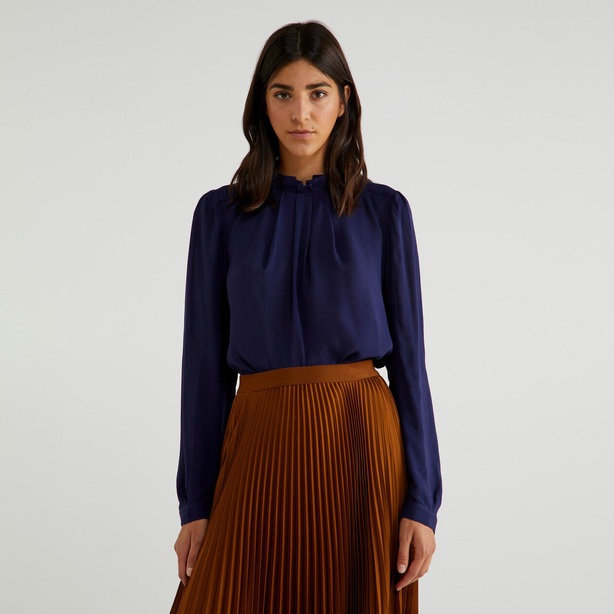 Blouse with collar and pleats